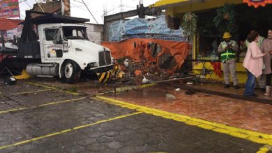 Choca grúa contra negocios de comida en La Marquesa