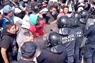 Manifestantes se enfrentan a la policía estatal al intentar tomar la caseta México-Querétaro