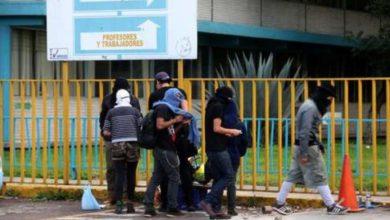 Jóvenes encapuchados permanecen en las instalaciones del CCH Vallejo. Foto Alfredo Domínguez / archivo