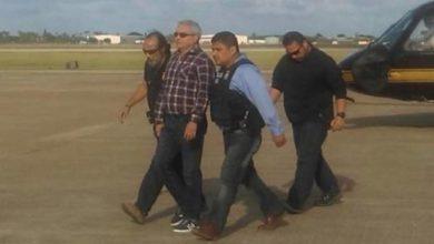 El ex gobernador de Tamaulipas, Tomás Yarrington, es trasladado y escoltado por agentes del Servicio Marshals a Texas, en 2018. Foto La Jornada