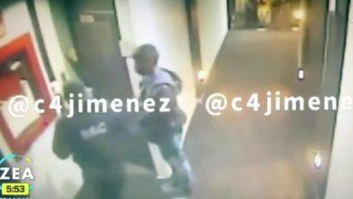 Se observa que el joven sale de la habitación y pide apoyo para que el legislador sea detenido.