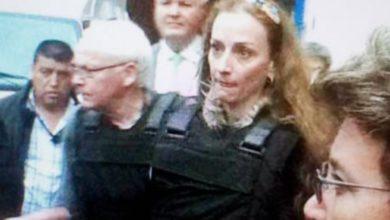 Florence Cassez, al abandonar el reclusorio femenil de Tepepan acompañada de su padre, luego que la SCJN le concedió un amparo por considerar que se vulneraron sus derechos, en enero de 2013. Foto Xinhua / archivo