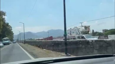 No era el único vehículo invadiendo el carril confinado, en el video se aprecia que otro automóvil particular circulaba en sentido contrario.