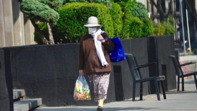 Mujer de la tercera edad caminando en la ciudad