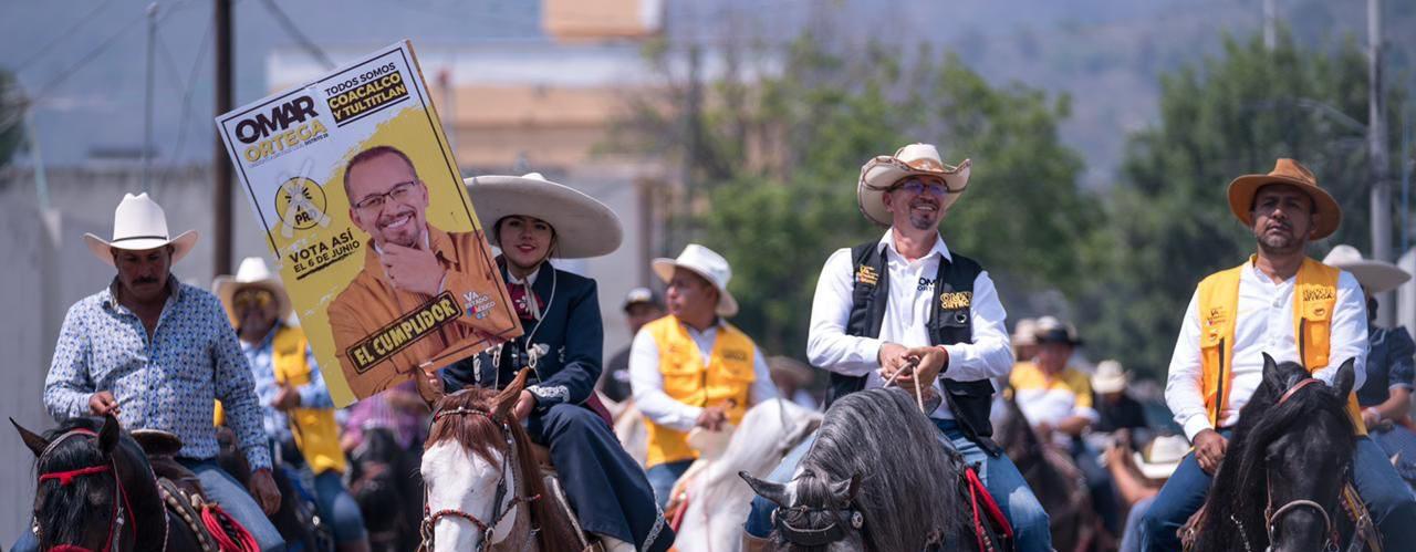 El candidato del PRD, Omar Ortega, a la diputación local montando a caballo acompañado por militantes