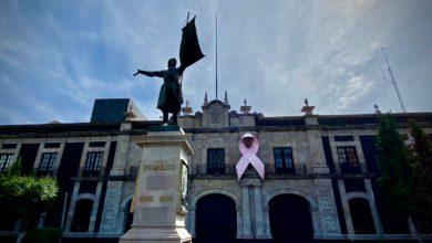 Estatua de Miguel Hidalgo frente a la fachada de la Cámara de Diputados