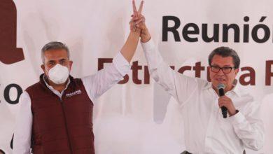 Fernando Vilchis tomando de la mano a senador de Morena en Ecatepec