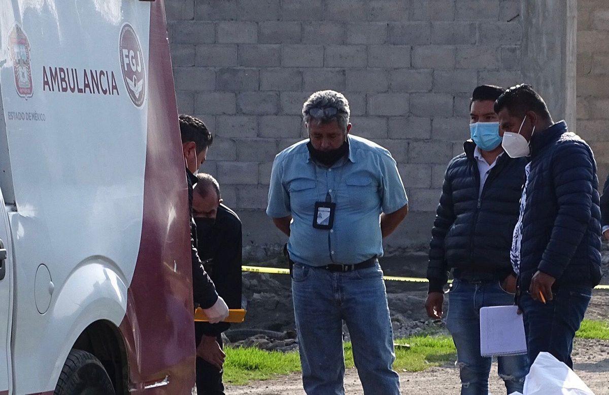 Personal del SEMEFO realizando los trabajos de levantamiento del cuerpo