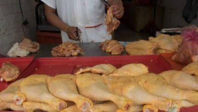 Vendedor de pollo en el mercado