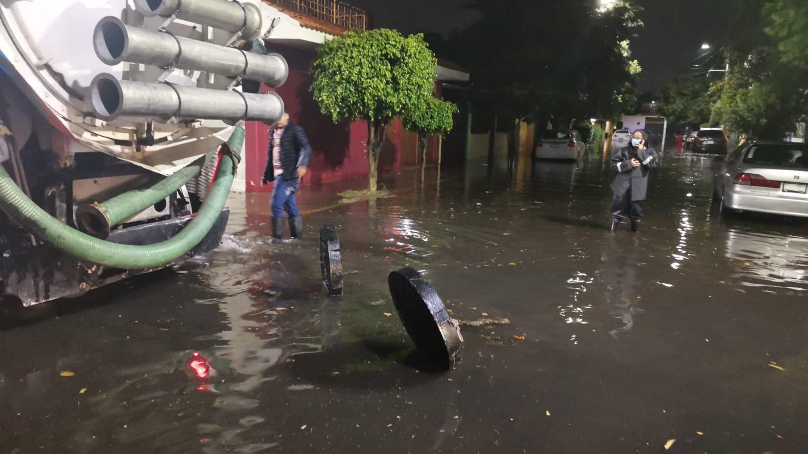 la intensa precipitación rebasó la capacidad de desalojo de cárcamos, dejando severos encharcamientos en vialidades de comunidades como San Lorenzo, entre otras