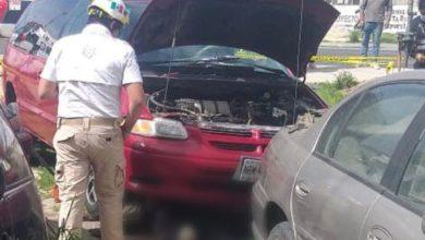 Paramédico de Protección Civil de Temoaya intentando rescatar el cuerpo de la víctima