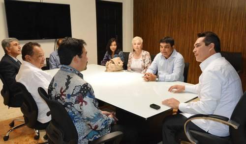 El empresario paquistaní Mohamad Yusuf Amdani Bai al lado de Alejandro Moreno Cárdenas.