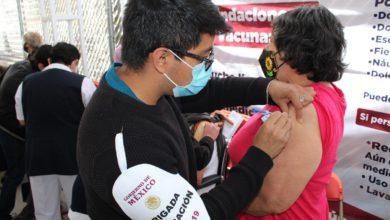 Personal de salud aplicando la vacuna a persona de 50 a 59 años de edad