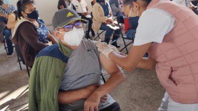 Hombre de 50 años o más recibiendo la vacuna contra Covid-19