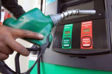 Toma de gasolina vendiendo el combustible