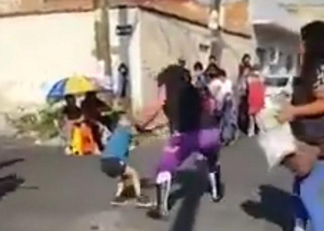 luchador jalando a menor de 5 años en la Ciudad de México