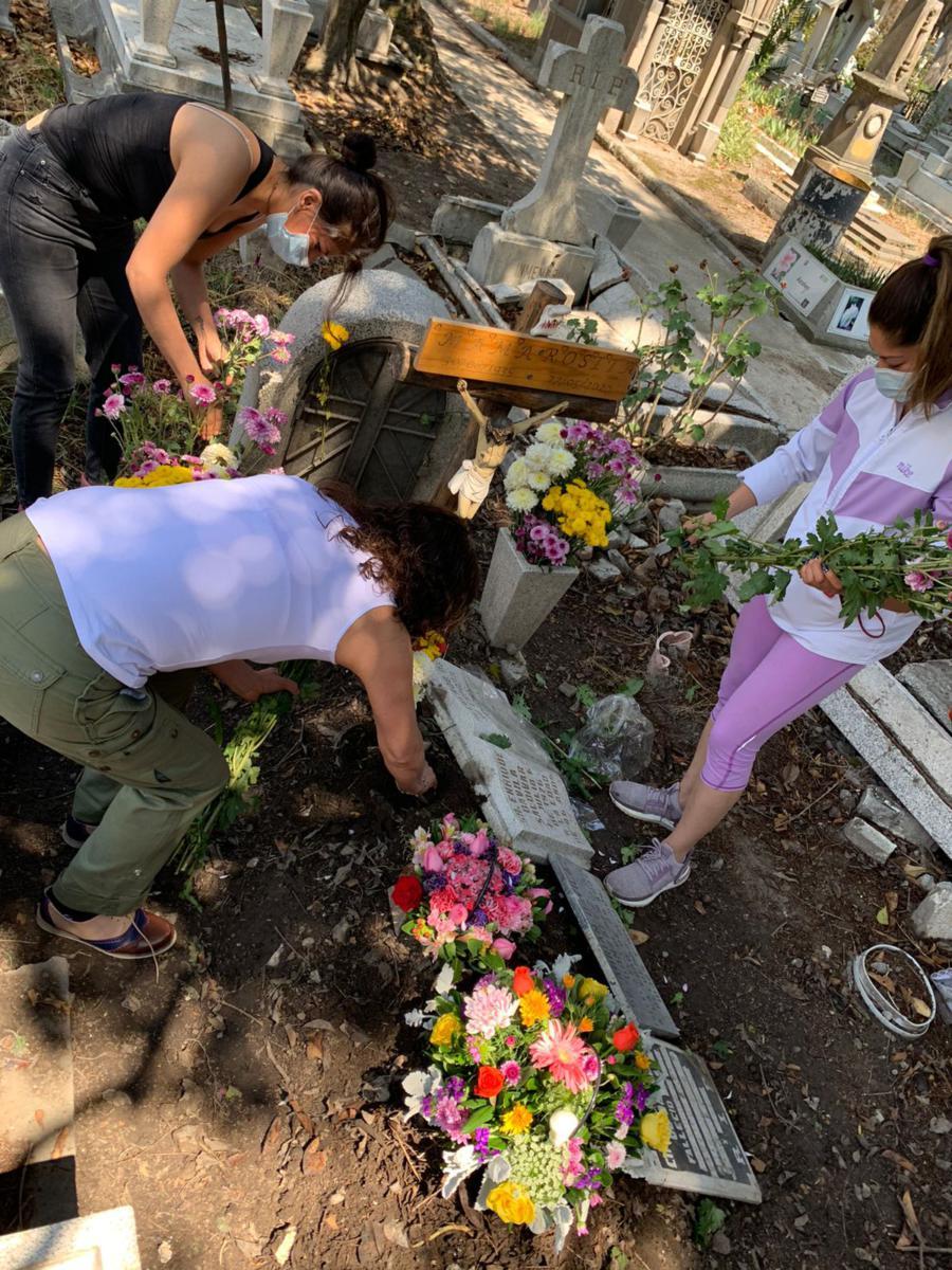 Este año, se está permitiendo la entrada de dos personas por fosa para dejar flores