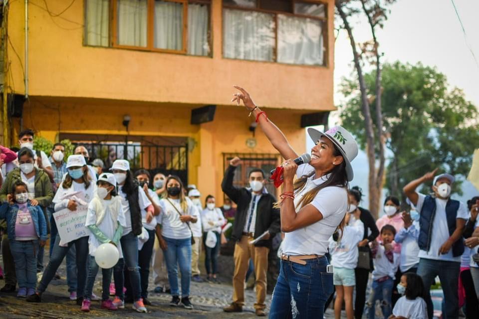 La candidata a la alcaldía de Valle de Bravo en gira de trabajo rodeada de gente