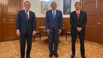 Los funcionarios federales acompañando al presidente de México