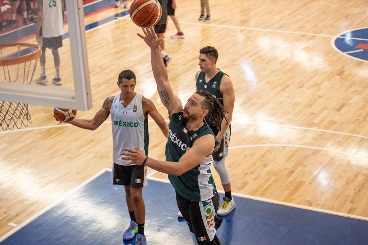 Fabián Jaimes Nava en partido de basquetbol