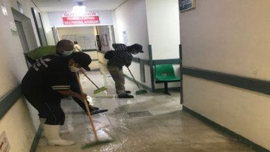 Personal del Hospital regional realizando labores de limpieza