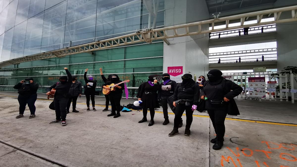 Grupo de feministas manifestándose frente a las instalaciones del IEEM