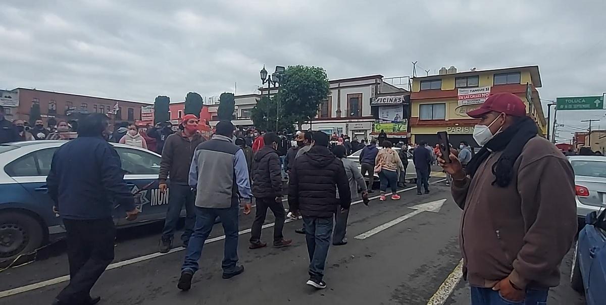Los tianguistas agredieron al presidente municipal